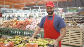 填装箱子的男性超级市场干事用在菜部门的梨 影视素材