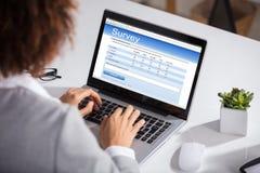 填装网上勘测形式的女实业家 免版税库存图片