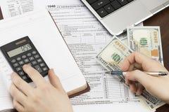 填装美国报税表的人 报税表我们营业收益办公室手 免版税库存照片