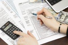填装美国报税表的人 报税表我们营业收益办公室手 图库摄影