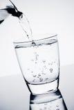 填装玻璃用纯净的水和泡影 图库摄影