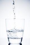 填装玻璃的Begin用纯净的水和泡影 免版税库存图片