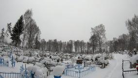 墓地在冬天 用雪盖的公墓在冬天 影视素材