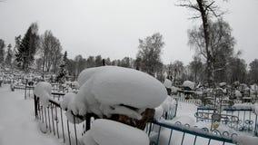 墓地在冬天 用雪盖的公墓在冬天 股票录像