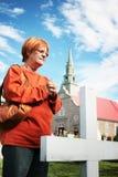 墓地教会妇女 免版税库存图片