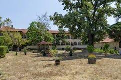 墓地看法有老和重建大厦的在Batkun修道院里 免版税库存照片