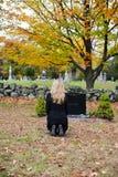 墓地追悼的妇女 库存图片