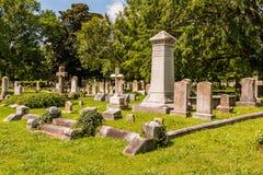墓石、纪念碑和十字架在公墓 库存图片