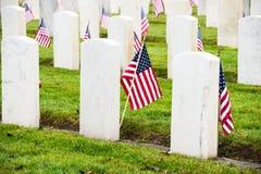 墓石美国国旗退伍军人公墓 免版税库存照片