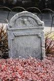 墓碑和坟墓在一个古老教会坟园 免版税库存图片