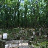 墓碑和坟墓在一个古老教会坟园 免版税库存照片