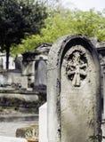 墓碑在黄昏的公墓,哥特式样式横渡没人 免版税库存照片