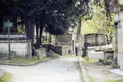 墓碑在黄昏的公墓,哥特式样式横渡 库存图片