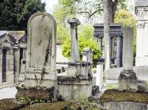 墓碑在黄昏的公墓,哥特式样式横渡 免版税库存图片
