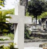 墓碑在黄昏的公墓,哥特式样式横渡 免版税图库摄影