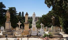 墓碑,回到观察者的雕象的看法 免版税库存图片