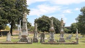 墓碑围拢的天使雕象 库存图片
