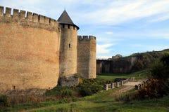 墙壁、塔和桥梁在古老中世纪堡垒在霍京 图库摄影