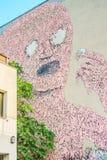 墙壁上的桃红色人,在Kreuzberg,柏林 免版税库存图片