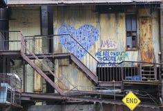 墙壁上的艺术在树丛地方在街市布鲁克林 库存图片