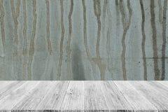 墙壁与木大阳台的纹理背景 免版税库存图片