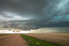 墙壁云彩在平原的tornadic超级单体雷暴下形成 免版税库存图片