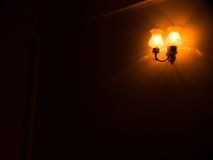 墙壁光在暗室 免版税库存照片