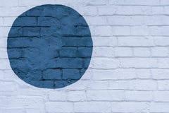 墙壁光砖墙砖表面上的拉长的被绘的蓝色圈子,作为街道画 图表抽象现代背景 库存图片