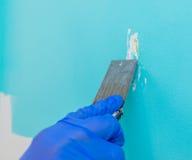 从墙壁取消油漆 免版税库存照片