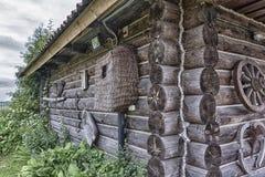 墙壁和俄国村庄的角落采伐小屋 免版税图库摄影