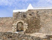 墙壁和入口门在Monsaraz镇, Ã ‰ vora区,葡萄牙 库存照片