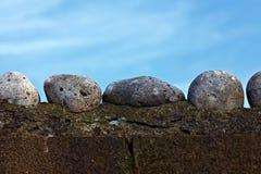 墙壁和小卵石 库存照片