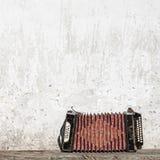 墙壁和手风琴在长凳 免版税库存照片
