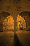 墙壁和石头夜视图在Vence成拱形 免版税库存图片