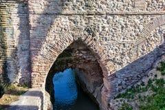 墙壁和砖曲拱作为典型的罗马渡槽一部分 免版税库存照片