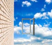 墙壁和窗口在天空背景 库存照片