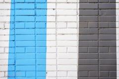 墙壁垂直被绘的砖表面在黑和蓝色颜色的,作为街道画 墙壁图表难看的东西纹理  摘要 免版税图库摄影