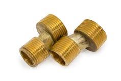 墙壁明三联式浴缸水嘴特写镜头的两个黄铜异常连接器 库存图片