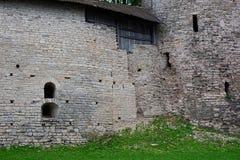 墙壁是有发射孔的一个古老堡垒 免版税图库摄影