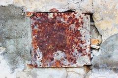 墙壁有老金属生锈的方形的背景 免版税库存照片