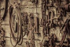 墙壁用垂悬在墙壁上的老工具填装了 免版税图库摄影
