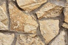 墙壁由不同的形状做成米黄石头  库存图片