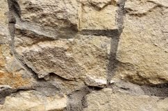 墙壁由不同的形状做成米黄石头  库存照片