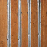 墙壁由与铁带的木盘区做成 免版税库存图片