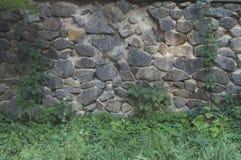 墙壁由石头制成在公园 免版税库存照片
