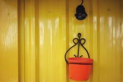 墙壁由锌制成,绘以黄色,灯是黑的 库存照片