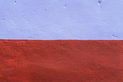 墙壁的同类的背景洗染与棕色和紫色油漆 在新鲜空气的城市 的treadled 免版税库存照片
