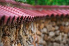 墙壁的屋顶在房子外面 免版税库存图片