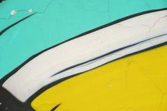 墙壁的抽象明亮的片段有老切削的油漆的,抓痕,难看的东西纹理 湿剂设计,黄色,蓝色,白色 免版税库存照片