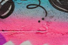 墙壁的抽象片段有detal的街道画,老切削的油漆,抓痕,难看的东西纹理 湿剂设计,桃红色蓝色 免版税库存图片